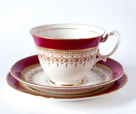 Royal Worcester té trío, Regency patrón rojo rubí, Inglés Fine Bone China taza de Royal Worcester, platillo lado placa