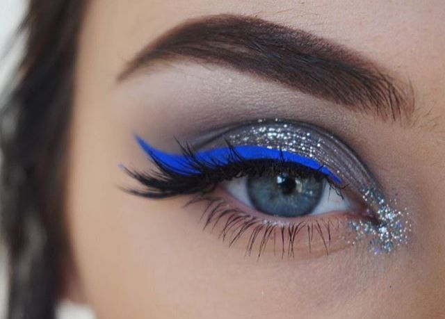 delineador azul e glitter, boa idéia para o carnaval