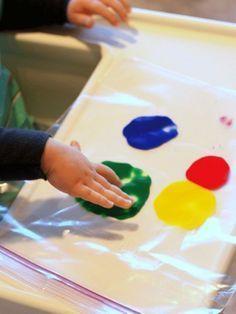 vingerverf in een plastic zipper zakje voor je dreumes of peuter om mee te spelen zonder vies te worden