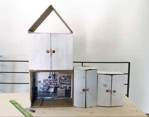 Comieco Faidate: tutorial casa per le bambole. Cosa occorre? Più scatole di cartone, colla, forbici, taglierino, righello, riviste e ritagli. Consigliamo sempre la supervisione di un adulto! Bastano circa 30 minuti per la realizzazione. #DIY
