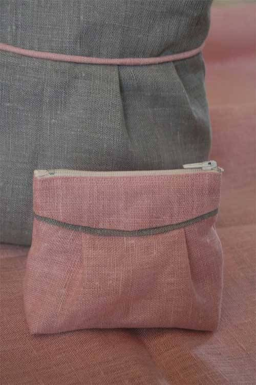 This sweet cosmetic bag is easy to make and looks very elegant dressed up in plain linen fabric.
