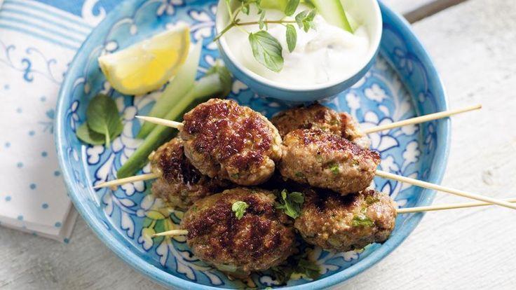 Masz ochotę na prawdziwie bałkańskie danie? Wypróbuj przepis na szaszłyki po bałkańsku. Serwowane z sosem tzatziki smakują wybornie!