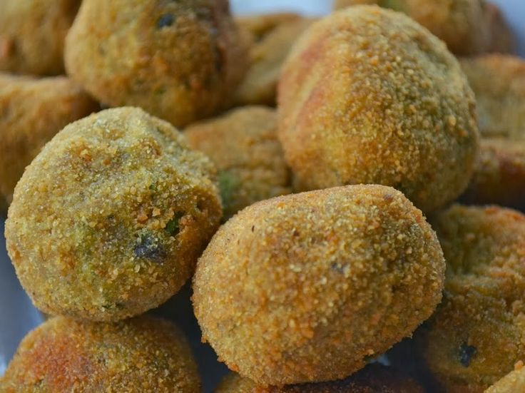 Bolinho de Legumes (vegana) 5 batatas médias 1 berinjela média 1/4 de abóbora japonesa (cabotiá) 2 dentes de alho Cebolinha a gosto 1 colher (chá) de coentro em pó 4 colheres (sopa) de farinha de trigo 4 colheres (sopa) de farinha de trigo integral 4 colheres (sopa) de farinha de aveia Sal, azeite e maple syrup a gosto Farinha de rosca (para empanar) Óleo vegetal (para fritar)