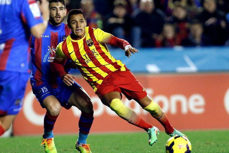 FC Barcelona, Alexis, en acción ante el griego Karampelas. | Levante 1-1 FC Barcelona. [19.01.14]