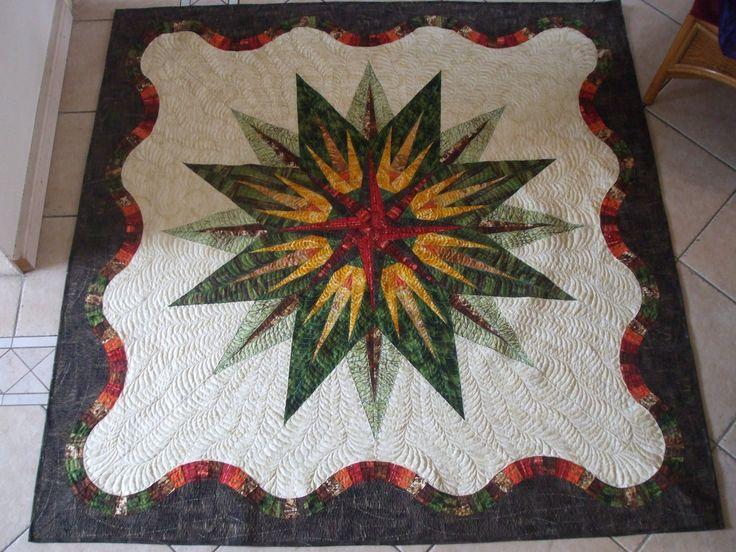 Quilten met je naaimachine kan uitstekend. Zelfs hele grote quilts, en zeker een middelgrote quilt, zoals mijn 'Vintage Compass', die ik gemaakt heb als voorbeeld voor workshops, met de patronen van Judy Niemeyer.  Het allerbelangrijkste is de voorbereiding: als je freehand wilt quilten, zoals ik altijd graag doe, kun je het beste vantevoren de quiltmotieven tekenen (op papier, als oefening) ...