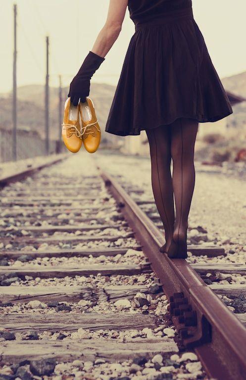 Zapatos amarillos con cordones, foto de chica en vía del tren