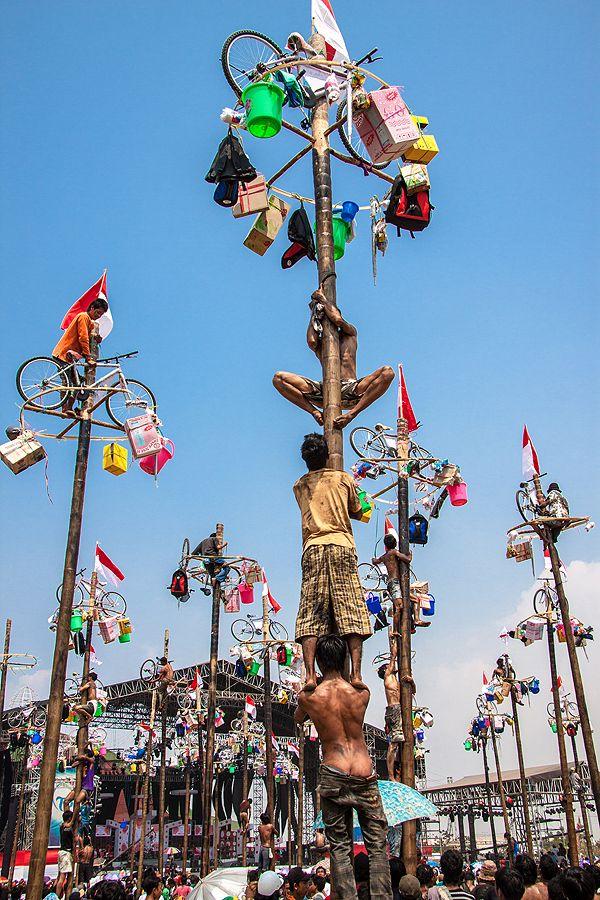 tradisi ' panjat pinang ' merupakan salah satu perlombaan yg dilaksanakan pada saat ulang tahun kemerdekaan 17 agustus