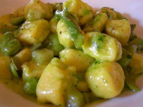 Un piccolo suggerimento per il pranzo: gnocchi di patate con crema di zucchine e #bottarga.