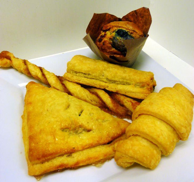 viennoiseries sans gluten, sans oeufs, sans produits laitiers et entièrement végétalienne... sur la photo, croissant, chocolatine, torsade sucre et cannelle, chausson pommes et canneberges, muffins