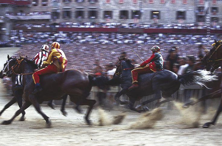 Colori, folla, grida festose, una piazza coperta di tufo, dieci cavalli montati a pelo da altrettanti fantini per una corsa che dura pochi secondi. Questo è il Palio per coloro che lo vedono per la prima volta. Per i senesi è la vita, la passione, la storia.