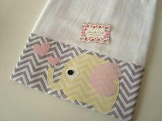 Fralda de Ombro - Fofura é confeccionada em fralda de ótima qualidade, dupla, barrado em tricoline (100% algodão) e com aplicações  Ideal para proteger a pele delicada do seu bebê na hora da amamentação.