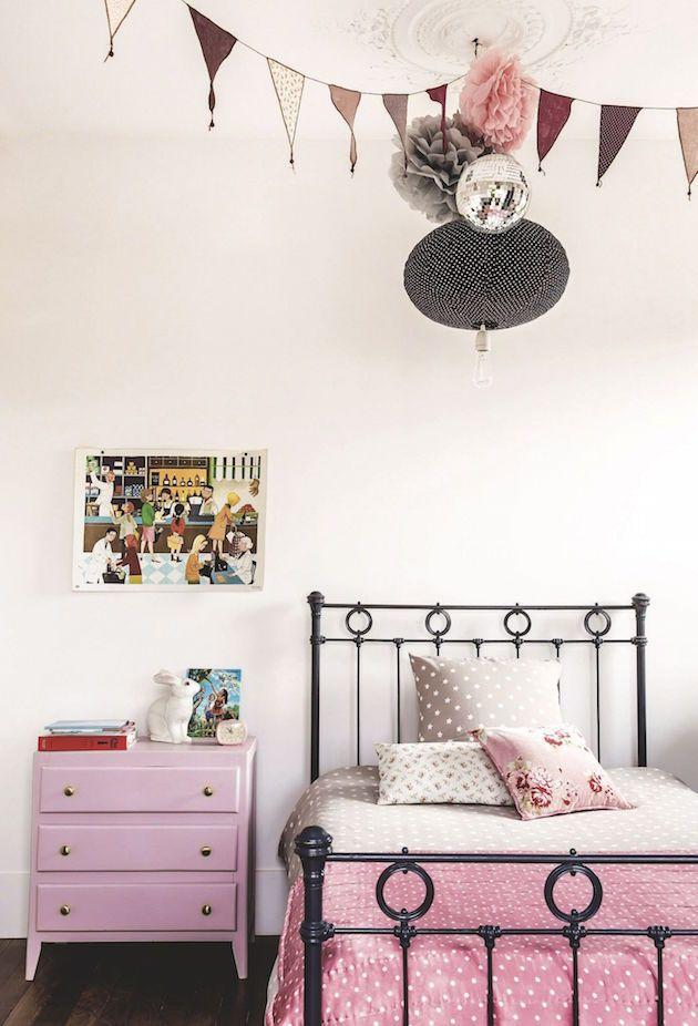intrieur alexandra nicolas de royal roulotte deco chambre enfant petite fille rose vintage et gris lit - Chambre Vintage Petite Fille