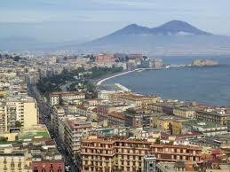 Napoles, bella la vista de la Costa Amalfitana, al final el Vesubio