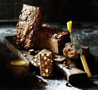 (2012-10) Nøddebrød (1 rugbrødsform) ~ 100 g mandler med den brune hinde * 100 g hasselnødder med den brune hinde * 100 g hørfrø * 100 g hvide sesamfrø * 100 g solsikkekerner * 100 g valnødder * 100 g pinjekerner (gerne med den brune hinde) * 100 g grønne græskarkerner * 6 æg * 1 dl olivenolie * salt *** Forvarm ovnen til 160 grader. Bland alle ingredienser sammen. Fór en rugbrødsform med bagepapir og fyld dejen heri. Bag 1 time og vend derefter brødet ud af formen og lad det køle af på en…