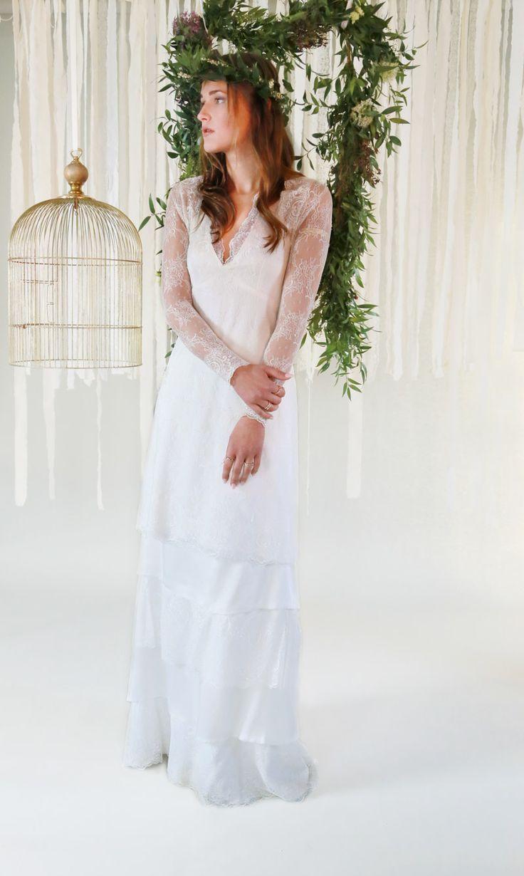 mona berg Kollektion 2017,Felippa. Dieses Brautkleid, das im Vintage-Stil gehalten ist, wurde aus feinster Raschelspitze gearbeitet. Das Dekolleté wird als Neckholder-Linie eingerahmt und läuft am Rücken in langen Bändern aus. Es ist ein 2-in-1 Kleid, welches kurz wie lang getragen werden kann.