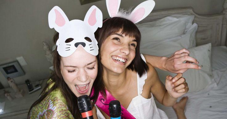 """Como conectar um microfone em um sistema de home theather. Sistemas de home theater melhoram a experiência de visualização dos vídeos através do efeito de som """"surround"""" e outros que normalmente são reservados para salas de cinema. Você também pode conectar um microfone em seu home theater para se divertir com karaokê ou outras atividades. Ligar um microfone no aparelho é um trabalho simples e rápido."""