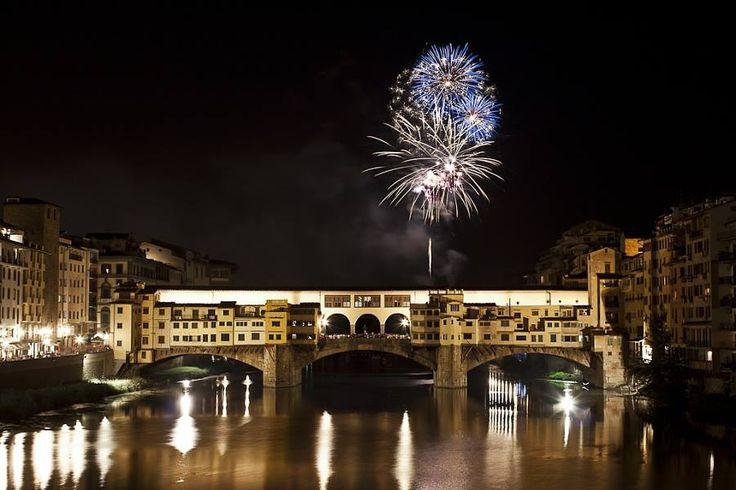 La giornata in cui Firenze festeggia il suo Santo Patrono si dovrebbe concludere con i tradizionali fuochi sparati dal Piazzale Michelangelo.