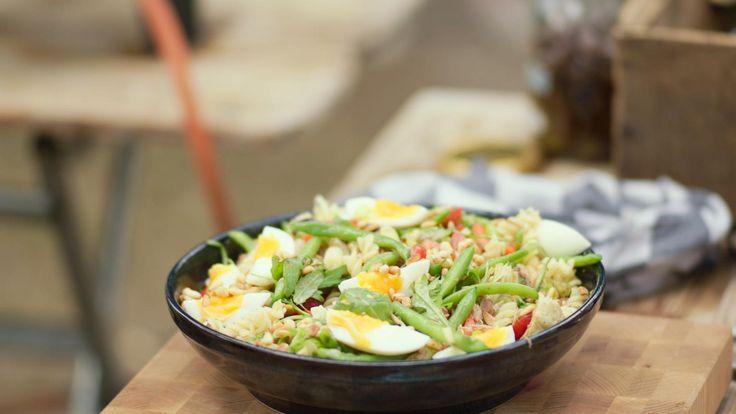 Een pastasalade is een klassieker en een salade niçoise ook. Je kunt de twee perfect combineren, zoals Jeroenin dit recept laat zien.