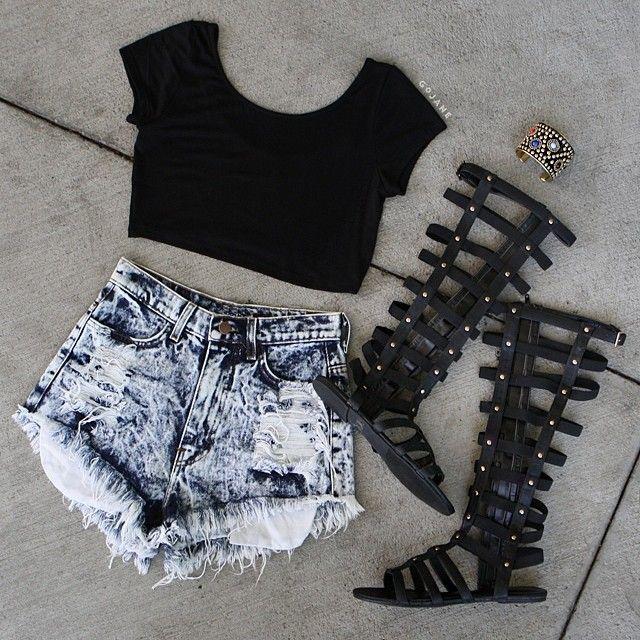 Este verano'14 continúa la tendencia de los Crop Tops y vuelve la moda de las Sandalias Romanas.
