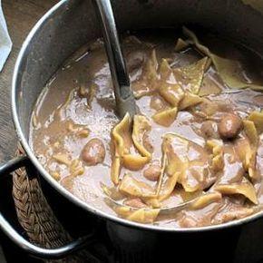 Ricetta sagne e fagioli ricetta tipica della ciociaria. Ingredienti e dosi per 4 persone Farina gr. 600, fagioli secchi (cannellini di Atina) 300 gr. olio cipolla aglio peperoncino sedano sale