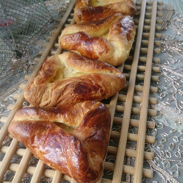 Çerkes Yemekleri - Gubate   Üçgen şeklinde hazırlanan açmalara benzer. İçine patates ya da kıyma konulabilir. Üç tarafından açık, ortalarından kapanacak şekilde yapılır. Arasına tahin, üzerine pekmez sürülür.