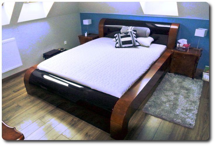 Łóżko ze schowkiem na pościel w zagłówku