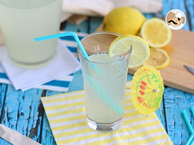 E se fizermos uma limonada caseira e refrescante para os dias mais quentes? Você só precisa de 3 ingredientes; limão, água e açúcar. A receita da limonada é versátil, pois você pode utilizar limões verdes, limões amarelos e ainda fazer limanada (bebida...