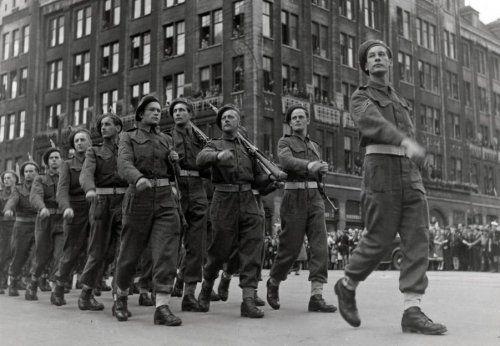 Bevrijding 1945. Zegevierend trekken de geallieerde troepen voor een parade over de Dam in Amsterdam, toegejuicht door tienduizenden gelukkige Nederlanders, Amsterdam, Nederland 31 mei 1945.