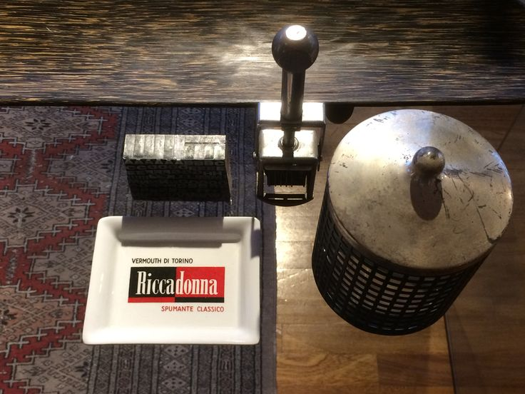 Contenitore in metallo e vetro design Joseph Hoffman rieditato da Bieffepalst anni 80 - posacenere vintage Riccadonna - timbro e caratteri di stampa in piombo vintage - portapenne in banano di Maoli.
