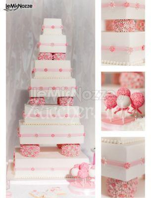 Torta nuziale nei colori del bianco e del rosa con dolciumi vari: http://www.lemienozze.it/gallerie/torte-nuziali-foto/img32648.html