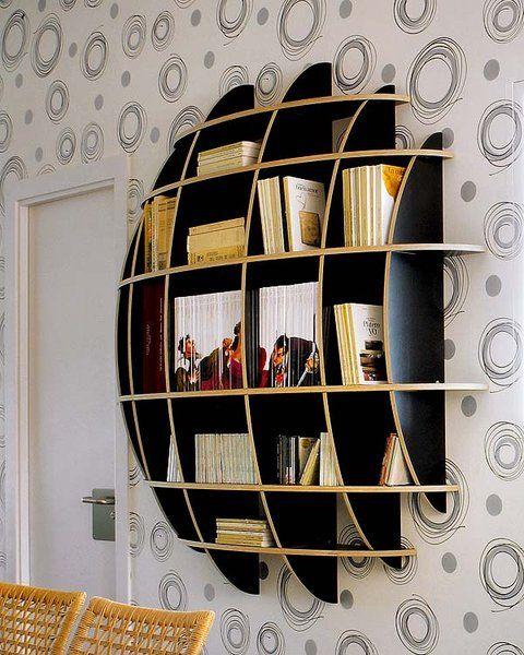 En cualquier rincón del salón puedes colocar una estantería que además de aportar orden decorará el espacio.