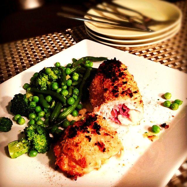 SnapDishに投稿されたYuka Nakataさんの料理「Chicken Cordon Bleu チキンコルドンブルー (ID:v10Hba)」です。「胸肉にモッツァレラと生ハムとガーリックバターを巻いて チキンストックで蒸し焼きにしたら パン粉付けてオーブンへ パイ生地で包むバージョンもあるみたい」Bleu Cordon Chicken