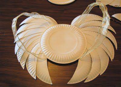 une idée toute mignone montrant comment fabriquer des ailes (d'ange ou autre selon les découpes) avec de banales assiettes en carton