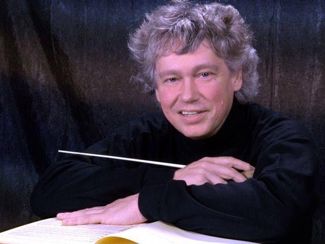 KOCSIS ZOLTÁN, kétszeres Kossuth-díjas és Liszt Ferenc-díjas karmester, zongoraművész és zeneszerző, a Nemzeti Filharmonikus Zenekar főzeneigazgatója.
