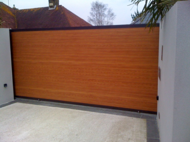 The Finish Is Wood Grain But Material Aluminium It S Also A Sliding Gate So There No Centre Split To Spoil Lin Aluminum Steel Fences In