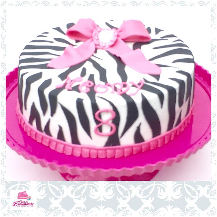 Zebra taart met roze strik en broche. Zebra cake with pink bow and a brooche.