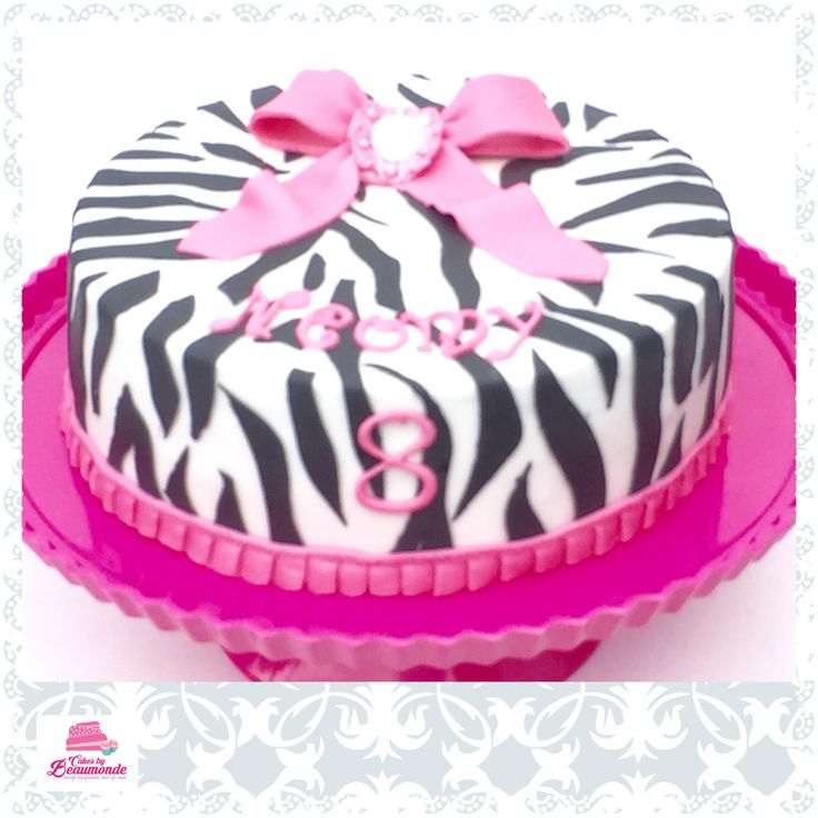 Zebra taart met roze strik en broche. Zebra cake with pink bow and a brooche.