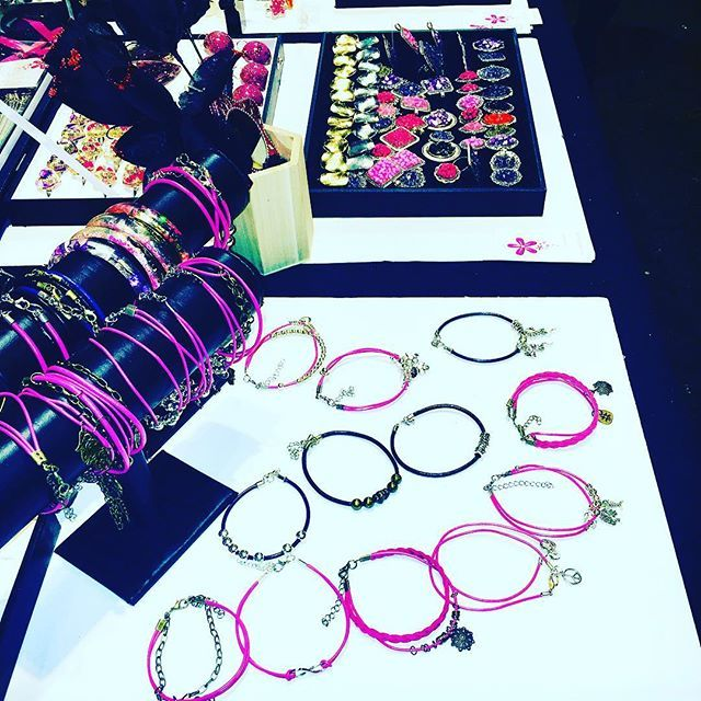 @lilit.es Dark goth fashion leather bracelets #artisan #original #handmade #schmuck #goth #gothgirl #gothlolita #lolita #necklaces #earrings #anillos #colgantes #jewelry #jewels #choker #witch #instafashion #instachic #instapic #instatrend #lolitafashion #toledo #madeinspain #madrid #nightlife #black #heart #gothic #bisuteria #bijoux #schmuck @aesidhe_com
