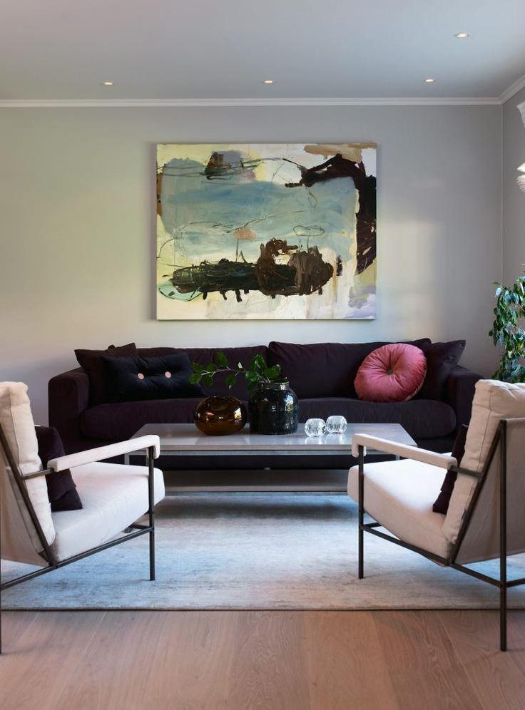 SATTE FARGE P�: Aubergine sofa liver opp den n�ytrale veggfargen. B�de sofa og lenestoler kommer fra Ihreborn og Palma. Putene i sofaen er fra Eske. Maleriet er av Peter Skovgaard, kj�pt p� galleri semmingsen.no. P� stuebordet st�r brun glassvase fra Eske og svart vase fra Christian