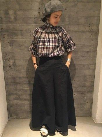 落ち着いた配色のマドラスチェック柄のブラウスは、ハイネックカラー&ギャザーを寄せでフェミニンなムードをプラス。スカートにインして着こなすのがおすすめです。