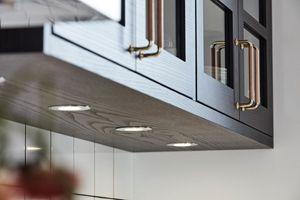 Ljusspotar i kök.  Ballingslövs kökslucka Bistro i färgen ask brunbets. Ett brunt kök i modern tappning. | Ballingslöv