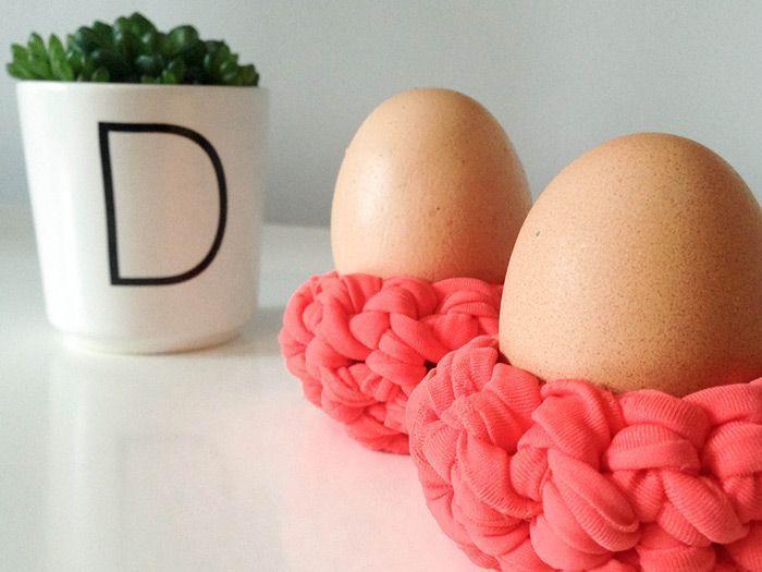 Fehlt Dir noch ein frischer Farbtupfer auf dem Frühstückstisch oder noch ein kleines Mitbringsel für den Osterbrunch? Wir haben hier noch ein LAST MINUTE DIY... Der gehäkelte Eierbecher aus Textilgarn-Noodles ist schneller fertig gehäkelt, als Dein 6 Minuten Ei im Topf braucht.