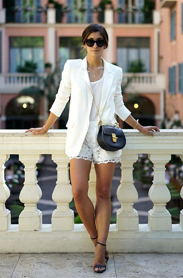Street style look branco com blazer, shorts renda e sandália.
