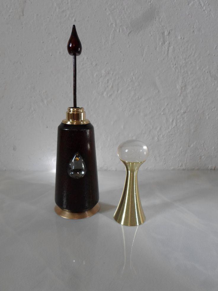كان النبي ﷺ يكتحل والكحل من السنة الإثمد حجر الكحل هو معدن بالطبيعة على شكل صخر هش لامع يتكو ن من طبقات ويقال إن زرقاء اليم Novelty Lamp Lamp Mason Jar Lamp