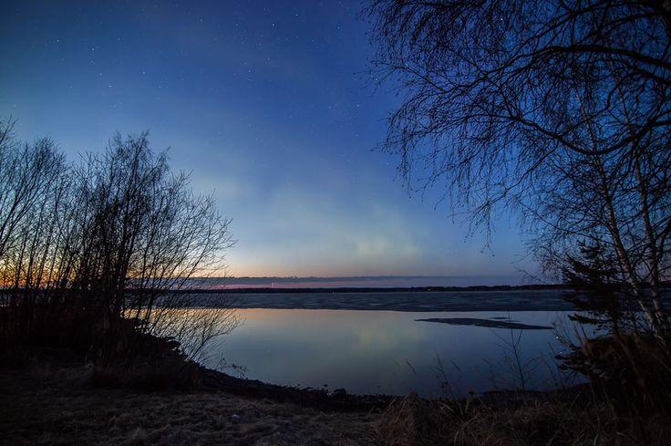 Revontulet yrittivät näyttäytyä Höytiäisen yllä valoisassa toukokuun yössä. Lukijan kuva: Jari Mutanen