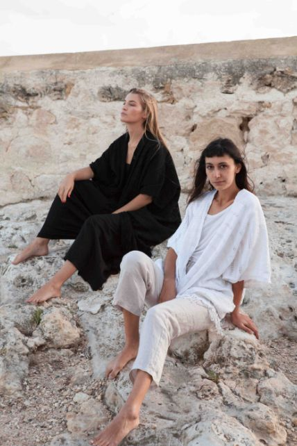 La Laguna Handwoven Poncho is your take anywhere and everywhere poncho, with a strong woven texture that softens luxuriously over time, it holds up at the beach, on your way to yoga, on the road less travelled, and on those evenings as the sun sets, the air cools and you need to throw on something free flowing and graceful as you dream-weave your way through the night.