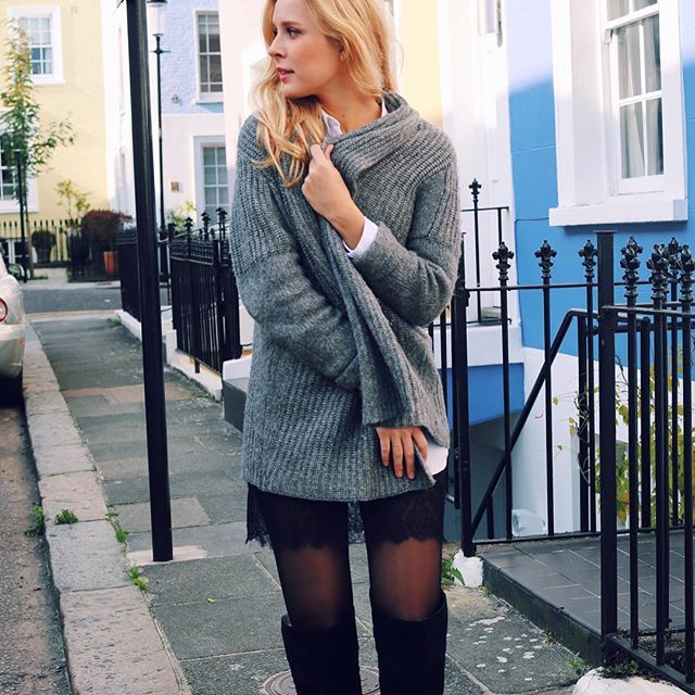 Warm knits and knee high boots. Strolling around the colorful houses in Notting Hill, London. #blogger