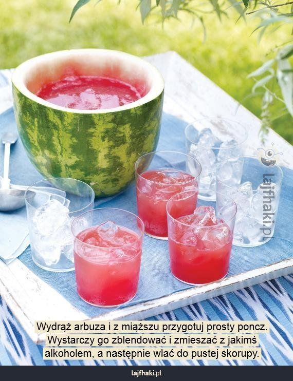 Oryginalne podanie alkoholu - Wydrąż arbuza i z miąższu przygotuj prosty poncz. Wystarczy go zblendować i zmieszać z jakimś alkoholem, a następnie wlać do pustej skorupy.