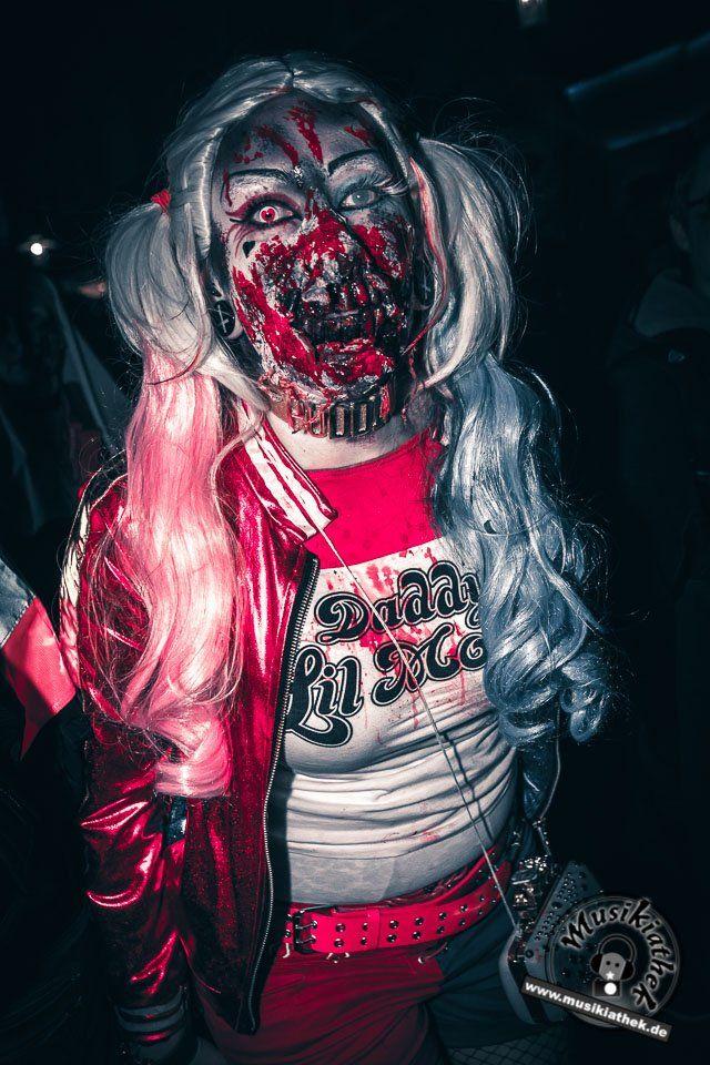 Zombie Alarm bei Suicide Squad. Mit Kunstblut und Narben. Ein paar schaurige Kostüm und Makeup Ideen für Halloween oder Karneval gefällig? Willkommen in der Grusel Abteilung. Einige der besten Horror Kostüme und Makeups findet ihr auf der Website :) #zombie #horrormakeup #karneval #halloween #halloweencostume #halloweenmakeup #karnevalskostüm