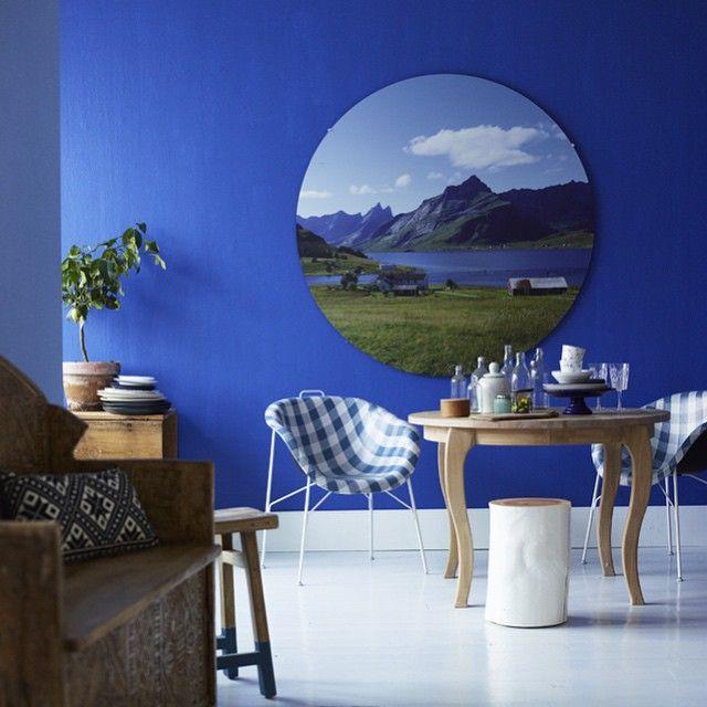 Nasjonalromantikk anno 2015 har vi kalt den vakre blå saken @wencheholth (styling) og @sturlabakken (foto) har laget til den store kjøkkenutgaven du finner i butikken nå! #vakrehjemoginterior #vakrehjemoginteriør #tradisjon #romantikk #nostalgi #moderne #lekent #kjøkken #blått #inspirasjon #haenfindag💙